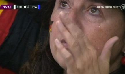 赛后证实德国女球迷哭泣场景实为赛前