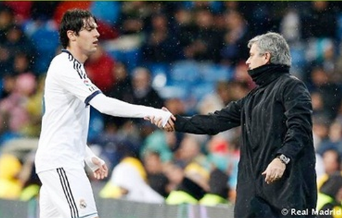 卡卡离场时,穆里尼奥主动跟他握手