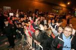 图文-巴塞罗那抵达阿里坎特当地球迷夹道欢迎