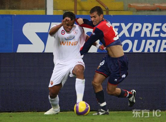 图文-[意甲]热那亚0-1罗马小曼奇尼和对手跳交谊舞