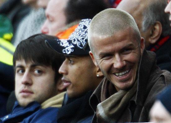 图文-贝克汉姆携子观战阿森纳与球迷谈笑风生