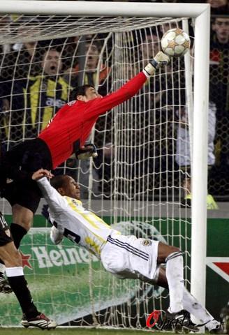 图文-[冠军杯]费内巴切3-2塞维利亚完美的人体合一