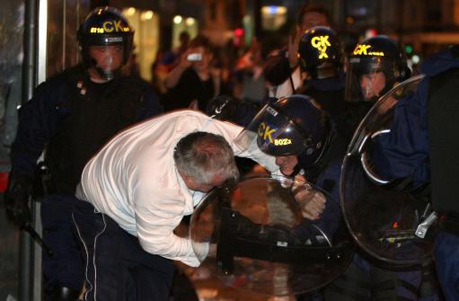 图文-联盟杯决赛引发球迷骚乱老球迷被警察制服