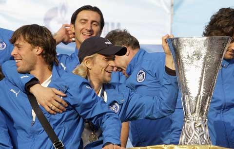 图文-泽尼特携联盟杯冠军奖杯回国冠军奖杯无比闪耀