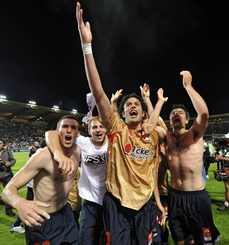 图文-里昂7连冠创5大联赛新纪录伟大左后卫庆祝