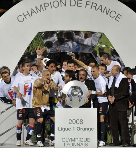 图文-里昂7连冠创5大联赛新纪录里昂捧杯瞬间