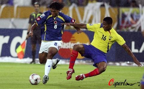 图文-世预赛哥伦比亚0-0厄瓜多尔瓦伦西亚凶悍抢球