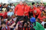 图文-曼联在南非与小球员互动站在中间十分的显眼