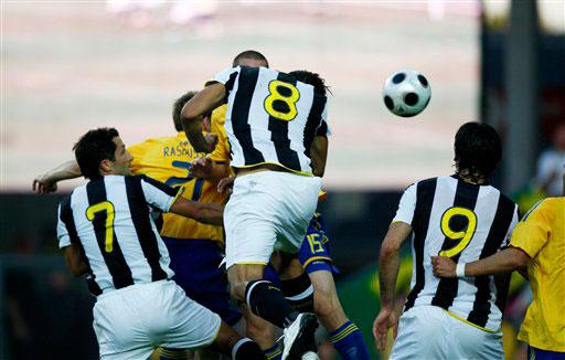 图文-[热身赛]布隆德比1-2尤文阿毛里争顶头球