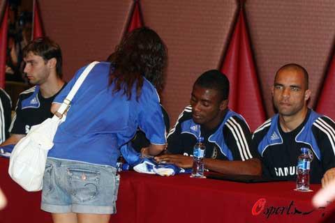 图文-切尔西巨星与球迷见面巨星为球迷签名