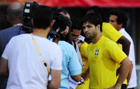 图文-巴西国奥队在沈阳备战 迭戈接受记者采访