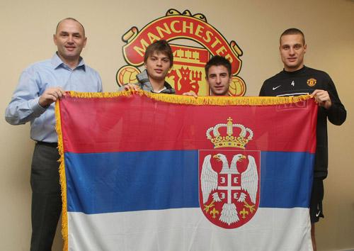 图文-塞尔维亚双星正式亮相曼联 展示塞尔维亚国旗