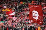 图文-[英超]利物浦vs维拉红军看台飘起贝帅头像