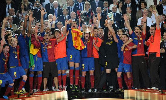 图文-[欧冠]巴塞罗那颁奖仪式巴萨队长举起冠军奖杯