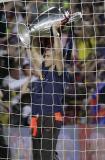 图文-巴萨返回诺坎普庆祝夺冠巴尔德斯来球门边