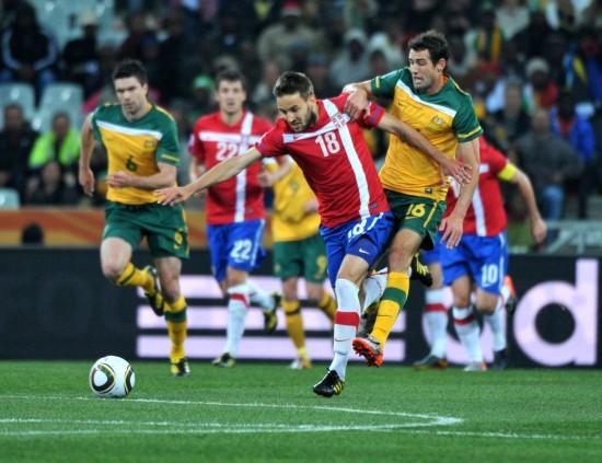 图文-[小组赛]澳大利亚VS塞尔维亚瓦莱里拼抢
