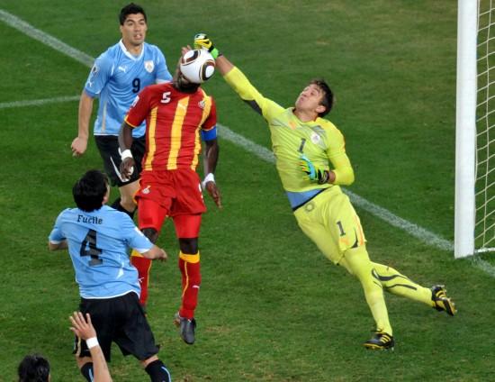图文-乌拉圭5-3胜加纳进四强穆斯雷拉奋力扑救