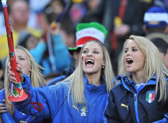 图文-世界杯美女与足球共舞为球队呐喊助威