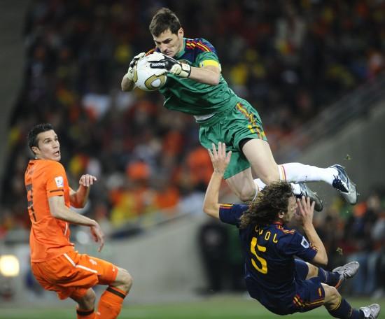 图文-[决赛]荷兰VS西班牙 卡西利亚斯跃起救险