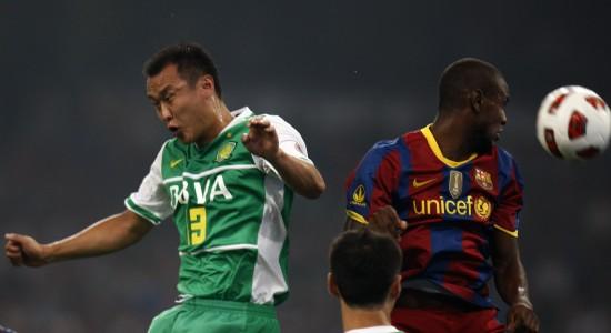 图文-[友谊赛]巴塞罗那VS北京国安双方球员争头球