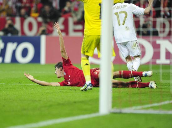 拜仁VS皇马-拜仁2 1皇马 戈麦斯滑地庆祝绝杀图片 45198 550x410