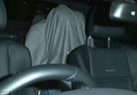 本特纳在车里用外套裹住自己