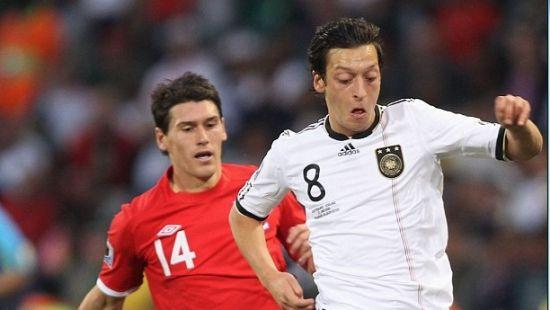 厄齐尔是否不配德国队首发?