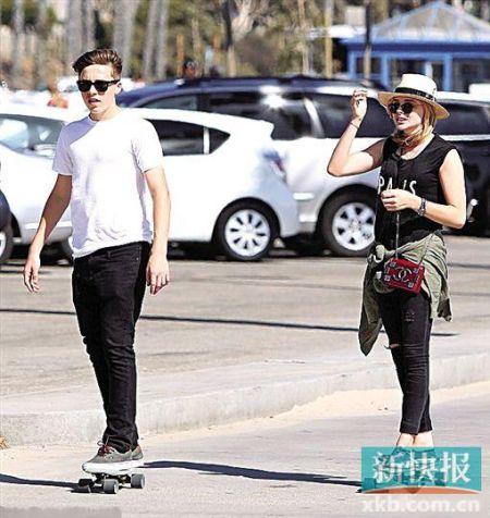 布鲁克林与科洛一起玩滑板