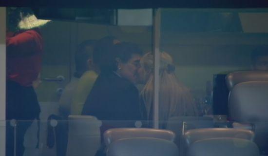 马拉多纳激吻女友