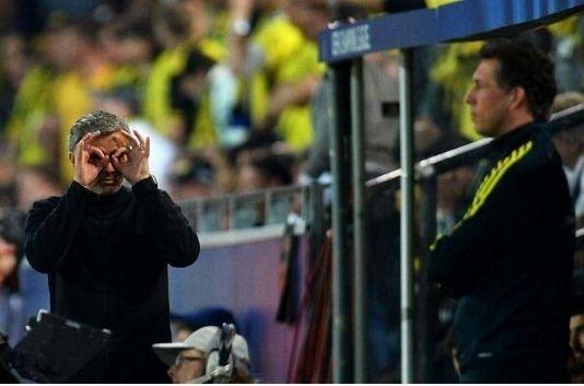 比赛中,穆里尼奥向第四裁判做出眼镜的手势
