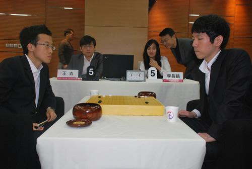 王��(左)淘汰李昌镐