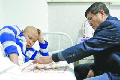 """昨日下午,本报记者陪同小刘洋抵沈接受治疗,沈阳市象棋协会主席来到病房内和小刘洋下棋,最后,象棋协会主席以""""和棋""""的方式结束,并鼓励刘洋要坚强。"""