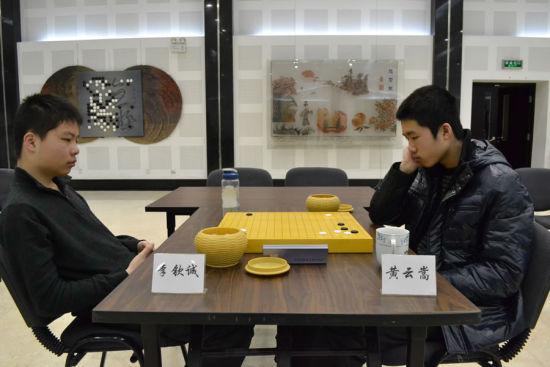 李钦诚(左)击败黄云嵩,夺得第7届理光杯新秀赛冠军