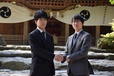 决赛首局伊田笃史(左)不敌井山裕太