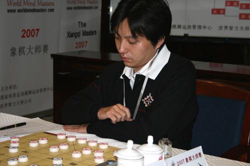 图文-2007象棋大师赛决赛第二局王斌苦苦思索对策