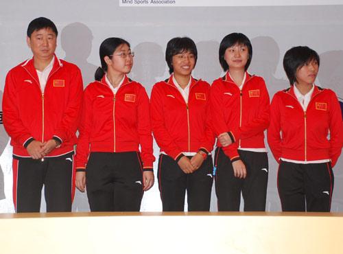 图文-智运会围棋女子团体颁奖仪式领奖前心潮澎湃