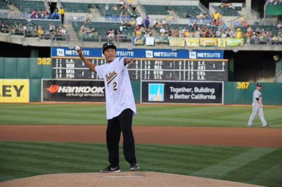 李昊桐为MLB美职棒大联盟投出开场第一球