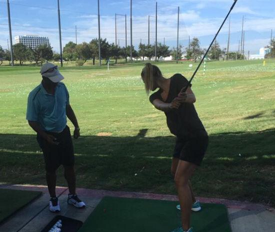 莎娃打起了高尔夫