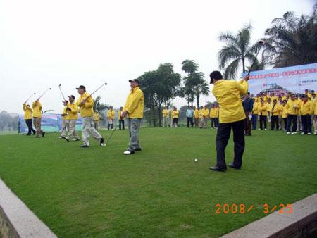 图文-莲花山慈善杯高尔夫球赛开杆仪式上挥个杆