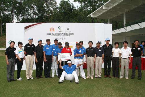 图文-俱乐部联赛华南分区赛颁奖冠军队与领导合影