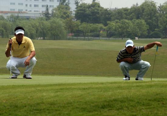 图文-中巡上海锦标赛首轮两人同时观察球线