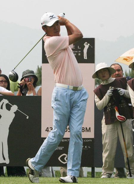 图文-索菲特锦标赛第四轮李超开球