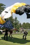 图文-AT&T全国锦标赛前瞻跳伞降落瞬间
