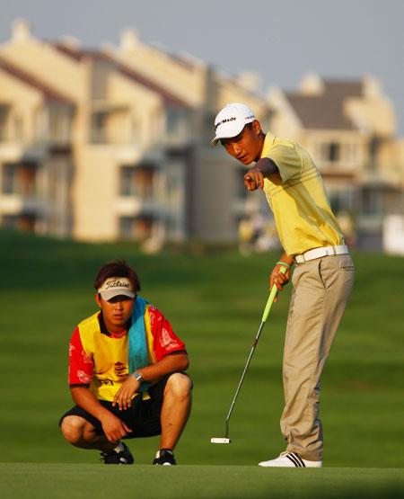 图文-青岛高尔夫公开赛首轮 周君与球童魏鹏