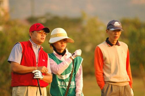 图文-业巡赛总决赛配对赛球童给出建议