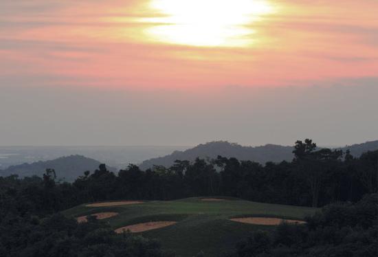 新浪体育讯 三亚甘什岭森林高尔夫俱乐部位于三亚市田独镇甘什岭热带动植物森林旅游区,由三亚兰海集团等多家实力雄厚的集团公司共同投资开发。   甘什岭热带动植物森林旅游区气候宜人,常年气温比三亚低5-8度,是国家级自然保护区,有世界上稀有的动植物、素有绿色宝库之称。   三亚甘什岭森林高尔夫俱乐部致力于打造一个热带雨林原生态、森林、山地、海景、纯会员制的高尔夫俱乐部,球场充分展现了当地的淳朴、自然和生态风情。   球场位置:三亚市田独镇甘什岭热带动植物森林旅游区   行车路线:海南东线高速公路三亚出口往