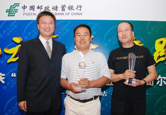 图文-圣丰60杯高尔夫洲际巡回赛收获奖杯