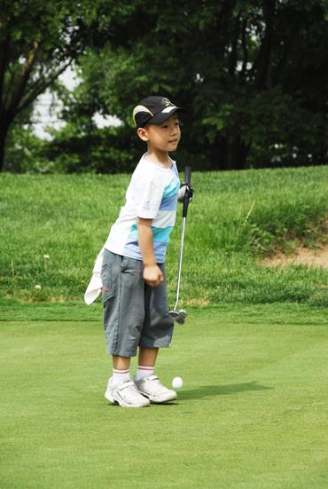 图文-天一高尔夫系列赛马新历可爱提杆