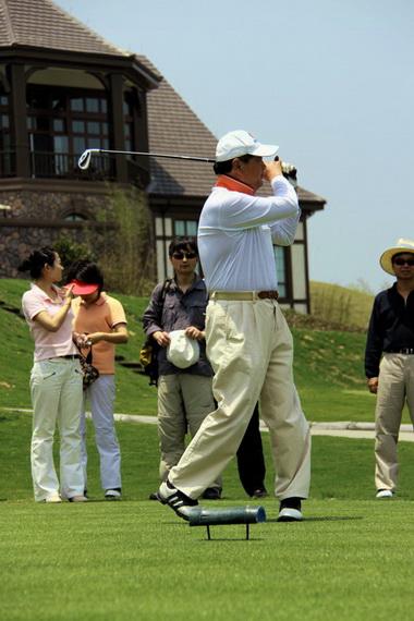 图文-浙大高尔夫校友联谊赛领导来开球
