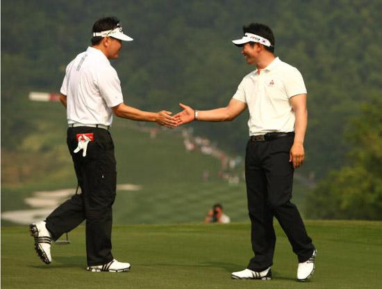 图文-高尔夫世界杯次日各队组合韩国组合击掌鼓励